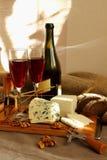 Aún-vida con el vino y el queso Fotografía de archivo libre de regalías