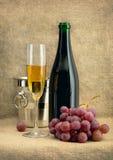 Aún-vida con el vino y las uvas del champán Fotografía de archivo