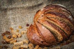 Aún-vida con la barra de pan, pasas, tirada dura Fotos de archivo libres de regalías