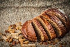 Aún-vida con la barra de pan, pasas, tirada dura Imagenes de archivo