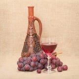 Aún-vida con la botella, las uvas y el vidrio de la arcilla Foto de archivo libre de regalías