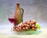 Aún-vida con la botella, las uvas y el vidrio de la arcilla Imagen de archivo