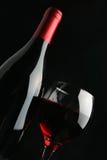 Aún-vida con la botella y el vidrio de vino Imagenes de archivo