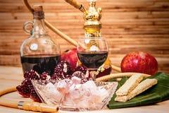 Aún-vida con la cachimba, el vino, el granate y los dulces Fotografía de archivo