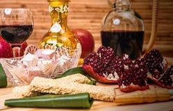 Aún-vida con la cachimba, el vino, el granate y los dulces Imagen de archivo