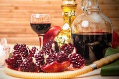 Aún-vida con la cachimba, el vino, el granate y los dulces Foto de archivo