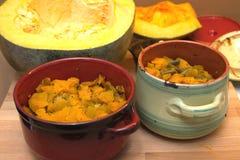 Aún-vida con la calabaza frita hecha en casa con la zanahoria y las habas verdes en potes Fotos de archivo libres de regalías