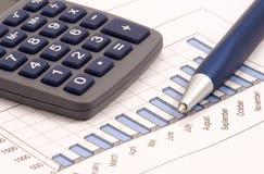 Aún-vida con la calculadora, la pluma y el diagrama Imágenes de archivo libres de regalías