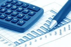 Aún-vida con la calculadora, la pluma y el diagrama (azul Imagenes de archivo