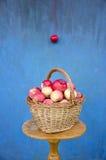 Aún-vida con la cesta fresca de la manzana y la pared azul Fotos de archivo libres de regalías