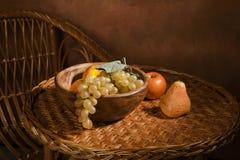 Aún-vida con la fruta en un plato de madera Imagen de archivo