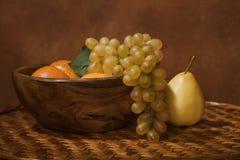 Aún-vida con la fruta en un plato de madera Imagen de archivo libre de regalías