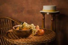 Aún-vida con la fruta en un plato de madera Imágenes de archivo libres de regalías