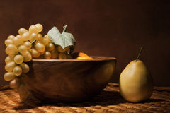 Aún-vida con la fruta en un plato de madera Foto de archivo libre de regalías