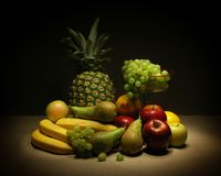 Aún-vida con la fruta (un cepillo ligero) Fotos de archivo libres de regalías