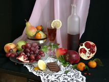 Aún-vida con la fruta y el vino Foto de archivo libre de regalías