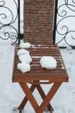 Aún-vida con la Navidad y el Año Nuevo Agrávese en una tabla de madera, juegos del invierno en el aire fresco Fotos de archivo