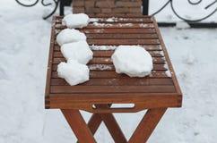 Aún-vida con la Navidad y el Año Nuevo Agrávese en una tabla de madera, juegos del invierno en el aire fresco Imagen de archivo
