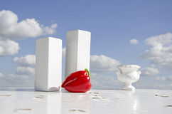 Aún-vida con la pimienta roja y el florero blanco Fotos de archivo libres de regalías