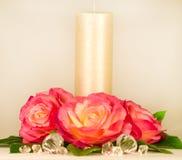 Aún-vida con la vela y las rosas blancas Imágenes de archivo libres de regalías