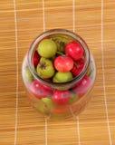 Aún-vida con las bayas de serbal rojas naturales frescas y las pequeñas peras verdes Foto de archivo