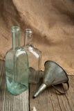 Aún-vida con las botellas viejas de la remolque Fotografía de archivo
