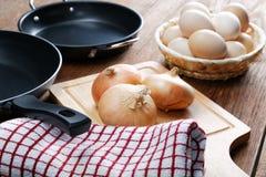 Aún-vida con las cacerolas y los huevos de la cebolla Fotografía de archivo libre de regalías