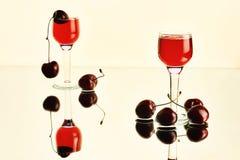 Aún-vida con las copas y las cerezas Foto de archivo libre de regalías