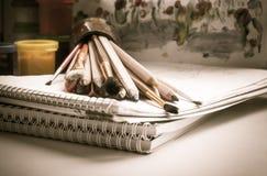 Aún-vida con las herramientas del arte. Fotos de archivo