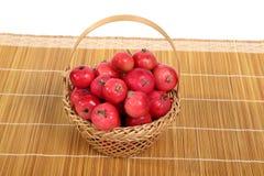 Aún-vida con las pequeñas manzanas rojas frescas Fotos de archivo