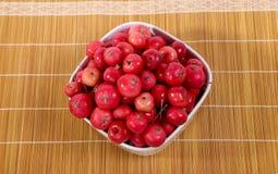 Aún-vida con las pequeñas manzanas rojas frescas Fotografía de archivo