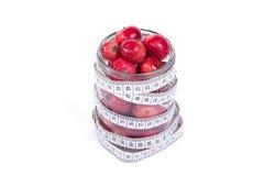 Aún-vida con las pequeñas manzanas rojas frescas, en el fondo blanco Imágenes de archivo libres de regalías
