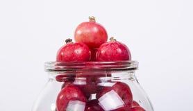 Aún-vida con las pequeñas manzanas rojas frescas, en el fondo blanco Imagenes de archivo