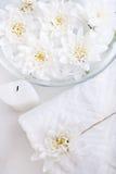 Aún-vida con las toallas y las flores Fotografía de archivo