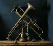 Aún-vida con las trompetas viejas. Foto de archivo libre de regalías