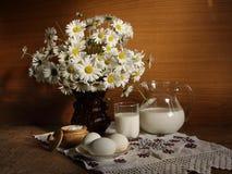 Aún-vida con leche. Fotos de archivo libres de regalías