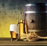 Aún-vida con los aglass de la cerveza y de la espuma vertida Imagen de archivo