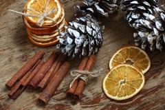 Aún-vida con los conos, el canela y las naranjas secadas Imagen de archivo libre de regalías