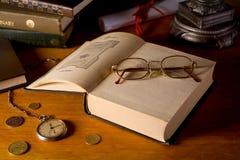 Aún-vida con los libros y los vidrios Imagen de archivo libre de regalías