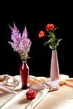 Aún-vida con los manojos de flores en una tela Imágenes de archivo libres de regalías