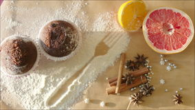 Aún-vida con los molletes del chocolate, la fruta fresca y los palillos de canela metrajes