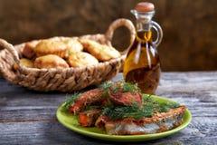 Aún-vida con los pescados y el pan fritos Fotografía de archivo