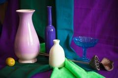 Aún-vida con los platos coloreados brillantes Foto de archivo