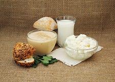 Aún-vida con los productos lácteos y el pan Fotos de archivo libres de regalías