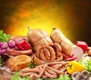 Aún-vida con los productos, las verduras y las hierbas de salchicha. Foto de archivo libre de regalías