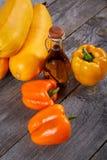 Aún-vida con los tuétanos vegetales una paprika y un aceite de oliva Fotografía de archivo