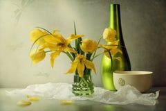 Aún-vida con los tulipanes Fotos de archivo libres de regalías