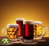 Aún-vida con los vidrios de cerveza. Fotos de archivo libres de regalías