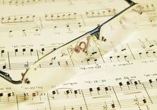Aún-vida con los vidrios y el bastón del folksong Imagen de archivo libre de regalías