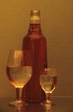 Aún-vida con los vidrios y la botella de vino Fotografía de archivo